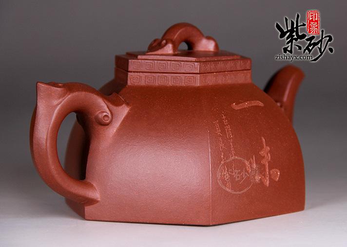 新出窑的紫砂壶,由于壶内会有一些烧制紫砂壶时放置的物质(例如:铝粉) 以及紫砂的小颗粒等等,还有一点泥土的腥气,必须要经过洗涤后才可以使用,我们称这种不同于其它器皿的洗涤方法为开壶,以下为您列举一个简单的开壶的方法:如上图所示开壶方法分为四个步骤: 1、清水煮壶 此步骤进行之前先要简单的清理一下壶表面的污渍,用软布沾温水细细擦净,然后待壶自然风干,放入清水中让其煮沸510分钟。 2、豆腐煮壶 将壶从清水中捞出来,待壶体自然冷凉之后,填装豆腐,最好用老豆腐。填装时稍微压紧,避免豆腐在水煮沸之后跑出壶体。装